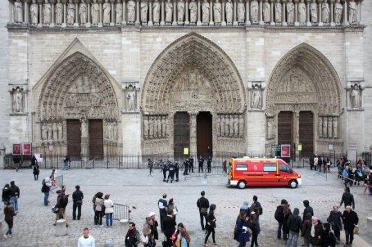 Policjanci-przed-katedra-Notre-Dame--w-ktorej-zast