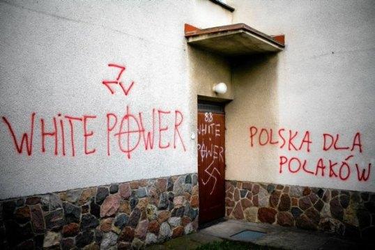 Napisy-wymalowane-w-2007-r--na-meczecie-w-Bialymstoku